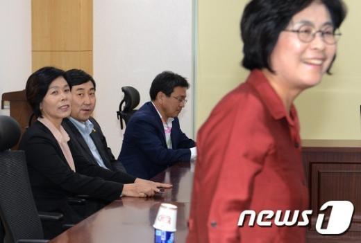 [사진]비공개 긴급모임 참석한 새정치연합 의원들