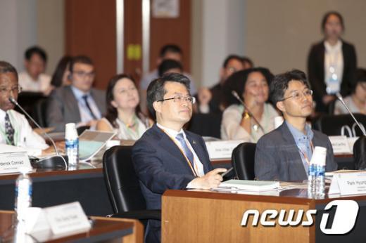 [사진]주제발표 경청하는 박형수 청장