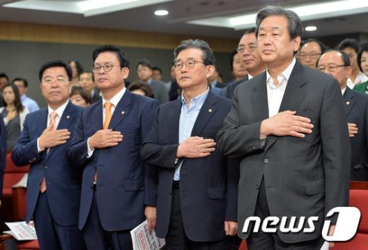 [사진]국민의례하는 김무성-이한구