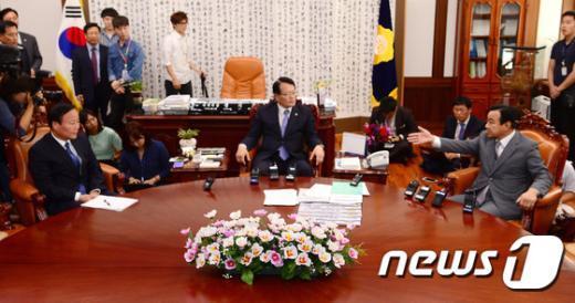 [사진]정의화 의장, 새누리당 원내지도부와 정상화 논의