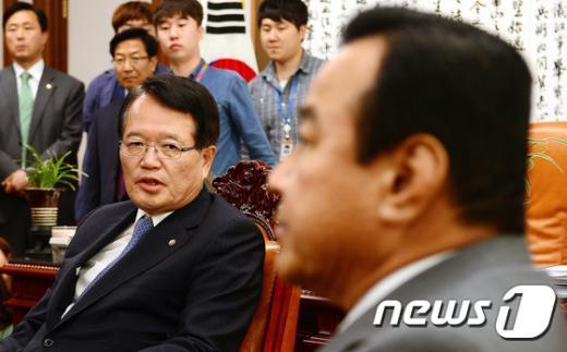 [사진]이완구 원내대표와 대화하는 정의화 국회의장