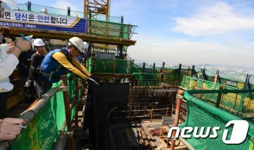 [사진]제2롯데월드 공사현장 최고층 올라가보니