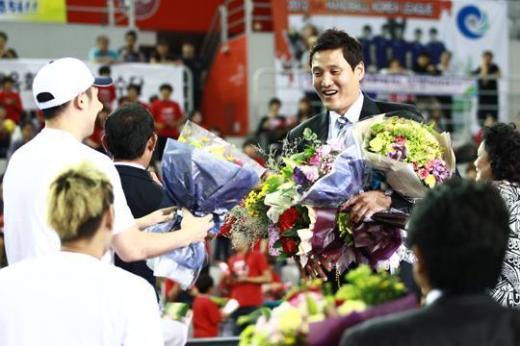 핸드볼의 전설 윤경신 두산 감독이 2014 인천아시안게임에서 마이크를 잡는다. © News1