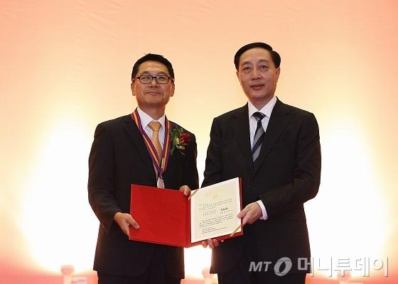 최경 코스맥스차이나 총경리(왼쪽)가 중국 상해시로부터 '백옥란 기념상'을 받고 기념촬영을 하고 있다.  /사진제공=코스맥스