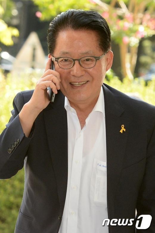 [사진]휴대전화로 통화하는 박지원