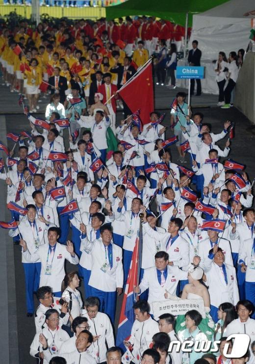 [사진]북한 선수들 '손 흔들며 입장'