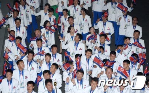 [사진]반갑게 손 흔드는 북한 선수단