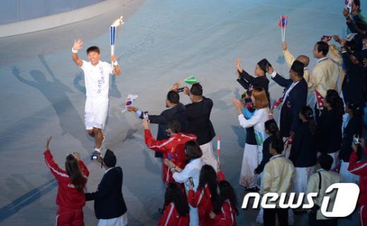[사진]2014 인천아시안게임 개막, 세번째 성화 봉송 주자 이규혁