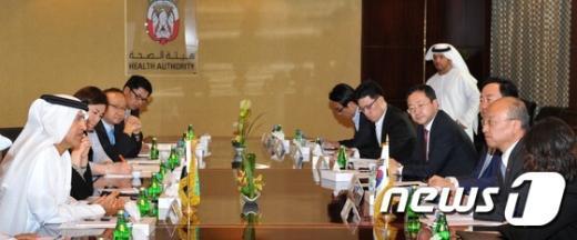 무기르 알 카일리 아부다비보건청 의장(왼쪽 첫 번째)과 협의 중인 문형표 보건복지부 장관(오른쪽에서 두 번째)© News1