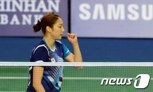 [사진]여자 배드민턴 성지현, 시작 좋고!