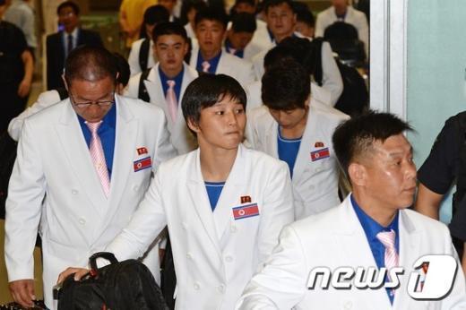 [사진]인천공항 도착한 北선수단 4진