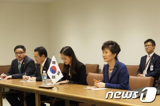 박근혜 대통령과 펠리페6세 스페인 국왕이 23일(현지시각) 뉴욕 유엔본부에서 한-스페인 정상회담을 하고 있다. (청와대) 2014.9.24/뉴스1 © News1