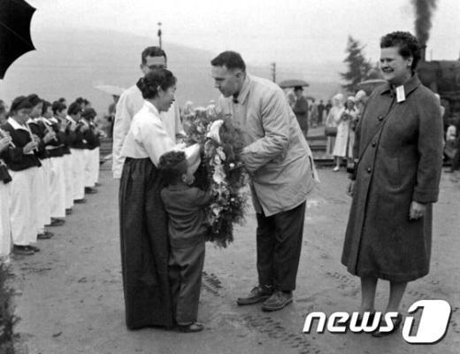 [사진]1960년 외국관광단 진주방문 환영행사