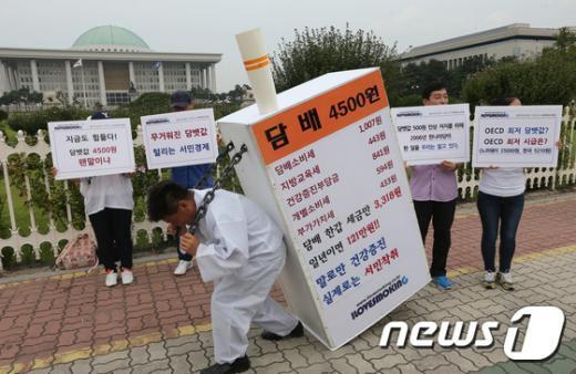 국회의사당 앞에서 담뱃값 인상 반대 퍼포먼스를 벌이는 흡연자 단체 회원들./뉴스1 © News1 송원영 기자