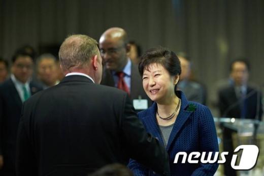 """박근혜 대통령이 23일 오후(현지시간) 미국 뉴욕 유엔본부에서 열린 """"글로벌녹색성장기구(GGGI) 의장 교대행사 개막식""""에서 참석자와 악수하고 있다. (청와대 페이스북) 2014.9.24/뉴스1 © News1"""