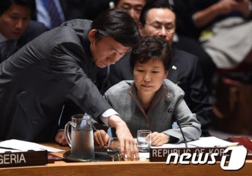 박근혜 대통령이 24일(현지시간) 뉴욕 유엔본부에서 국제테러리스트 문제를 다루는 안보리회의에 참석, 윤병세 외무장관으로부터 얘기를 듣고 있다. © News1 이기창