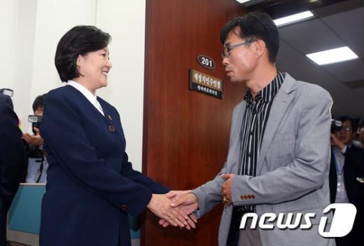 [사진]손 잡는 박영선 원내대표와 전명선 위원장