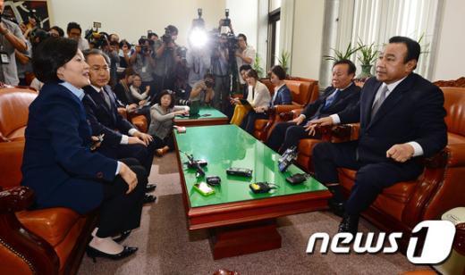 [사진]본회의 개회 놓고 만난 이완구-박영선 원내대표
