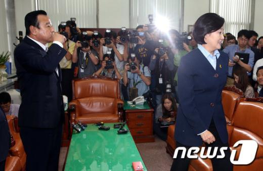 [사진]이완구-박영선 '생각이 다르다'