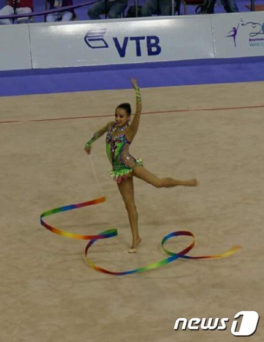 손연재가 세계선수권대회에서 리본을 연기하고 있다.(IB월드와이드 제공).© News1