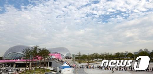 23일 오후 인천 계양체육관을 찾은 관람객들이 2014 인천아시안게임 남자 배드민턴 단체 대한민국과 중국의 결승전을 보기 위해 길게 줄을 늘어서 있다. 2014.9.23/뉴스1 © News1 오대일 기자