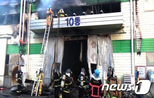 [사진]전주서 공장화재…'불길을 잡아라'
