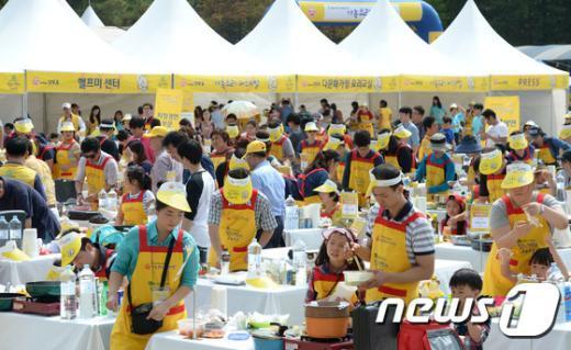 [사진]요리경연 펼치는 가족들