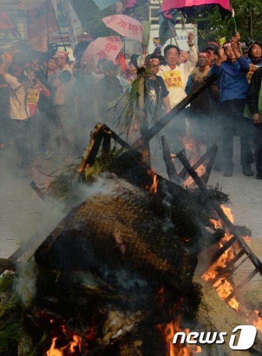 [사진]'불타는 쌀가마'