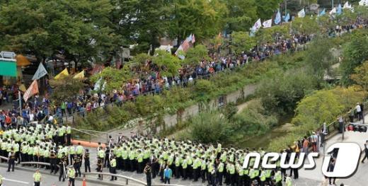 [사진]도심 행진하는 농민들