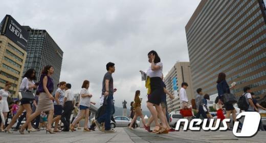 출근 시간 서울 광화문 사거리를 시민들이 걸어가고 있다.  © News1 2014.09.17/뉴스1 © News1