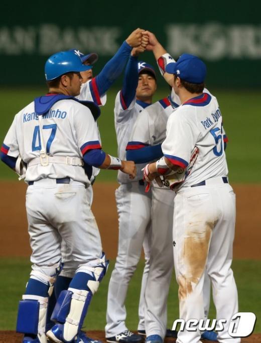 [사진]한국 야구 결승진출 '승리의 잔을 높이'