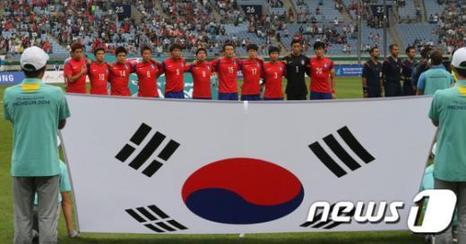 [사진]애국가 부르는 한국 축구
