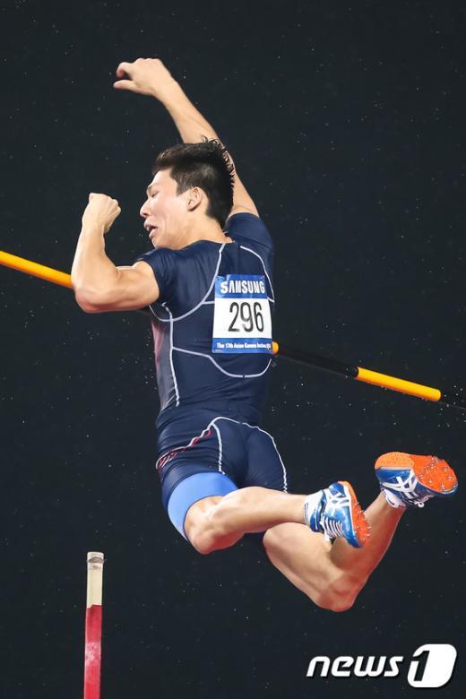 [사진]장대높이뛰기 진민섭 동메달 획득