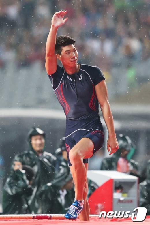 [사진]장대높이뛰기 진민섭, 아쉬운 동메달