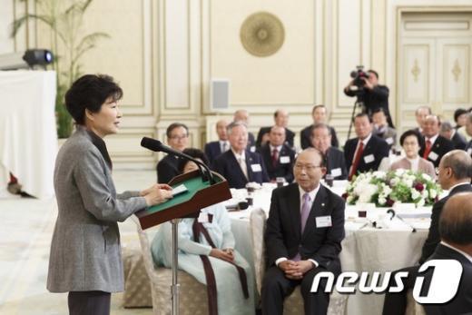 [사진]박근혜 대통령 '어르신들과 함께'