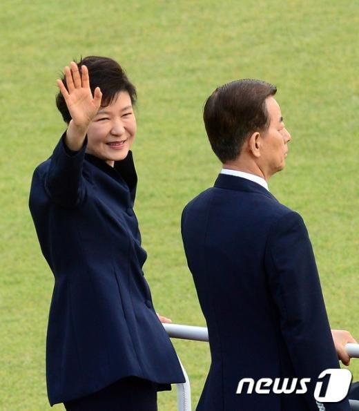 [사진]박근혜 대통령의 손인사