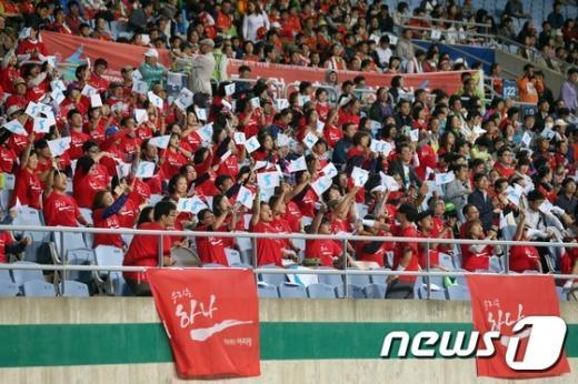 [사진]北여자축구 결승전에 휘날리는 한반도기