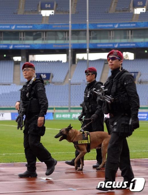 [사진]문학경기장 시설물 점검하는 특공대원들