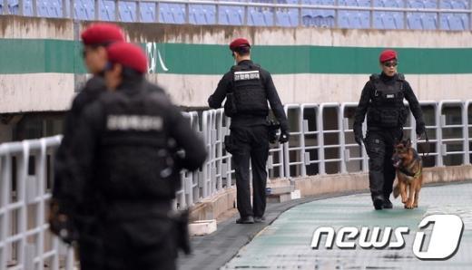 [사진]경찰특공대원, 축구 남북전 '철통보안'