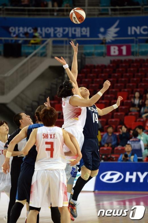 [사진]AG여자농구 '金 향해 점프볼'