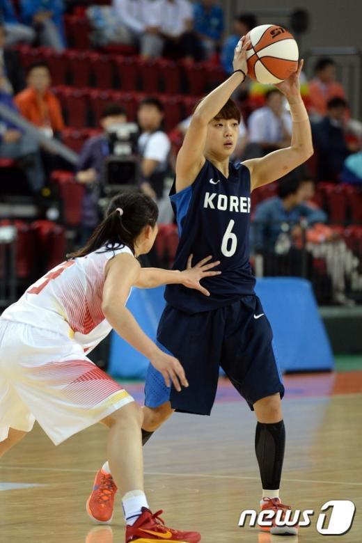 [사진]이경은 '농구장을 장악한 미모'