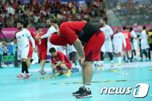 [사진]낙담하는 男핸드볼 은메달 획득