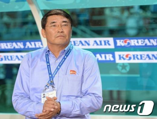 [사진]선수 몸놀림 관찰하는 북한 윤종수 감독
