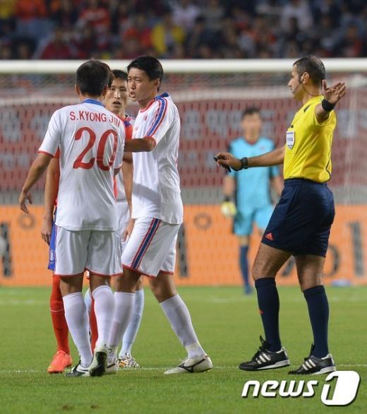 [사진]남북축구, '자존심 싸움?'