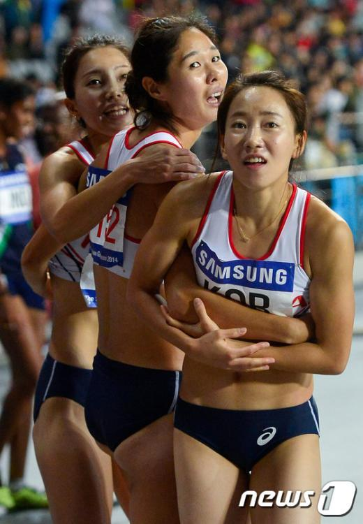 [사진]여자 1,600m 계주 '한국 신기록이야!'