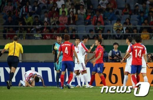 [사진]마주 선 남북축구