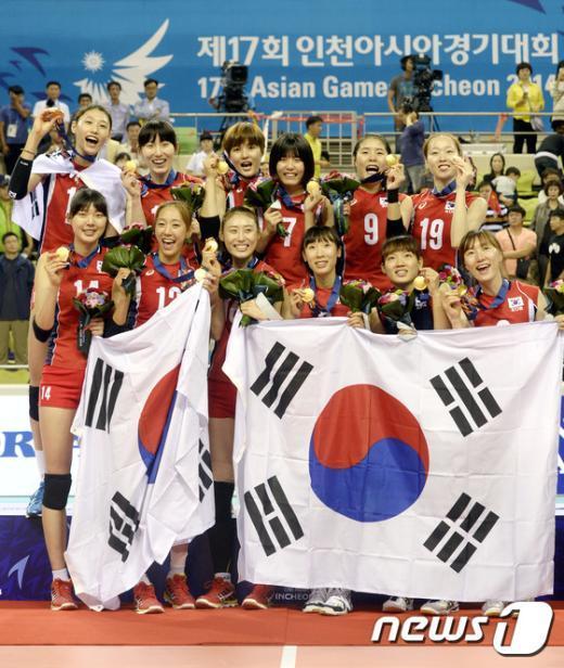 [사진]금메달 목에 건 여자 배구 선수들