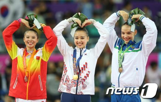 [사진]손연재 '금메달 하트'