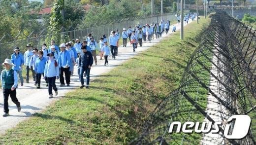 [사진]'민통선 철책길 걸으며 생각해보는 통일'
