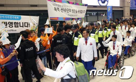 [사진]손 흔드는 北 선수단